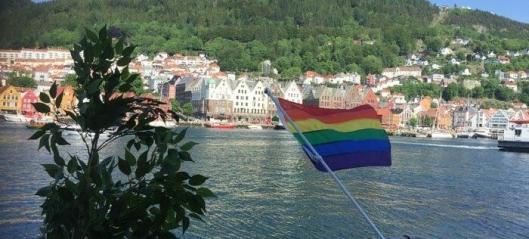 Clarion kledd i regnbuens farger