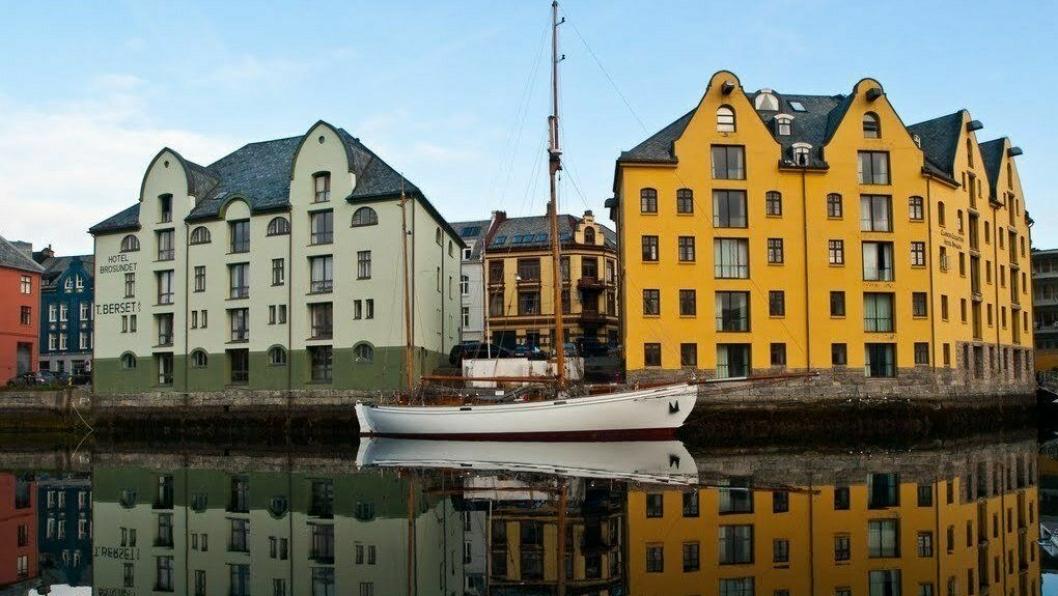 PÅ BRYGGA: De to nabohotellene Brosundet (til venstre) og Clarion Collection Hotel Bryggen deler brygge, men ikke vegg. Nå slås de sammen. Foto: PANORAMIO