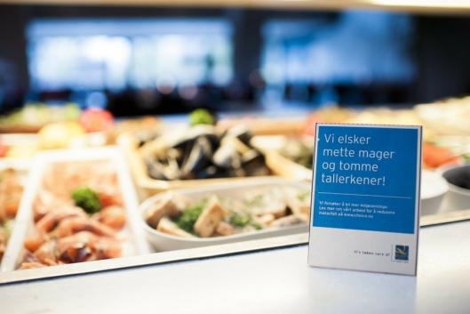 TILTAK: Skilting i matbuffeten fører til at gjestene velger mindre porsjoner, og heller går flere ganger.