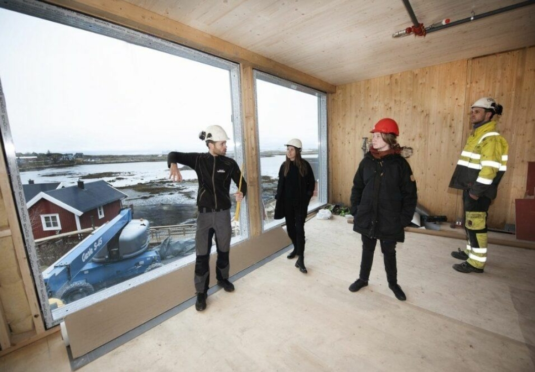 GOD UTSIKT: Olaisen og arkitekt Anita Valrygg (hvit hjelm) viser rundt i nybygget.