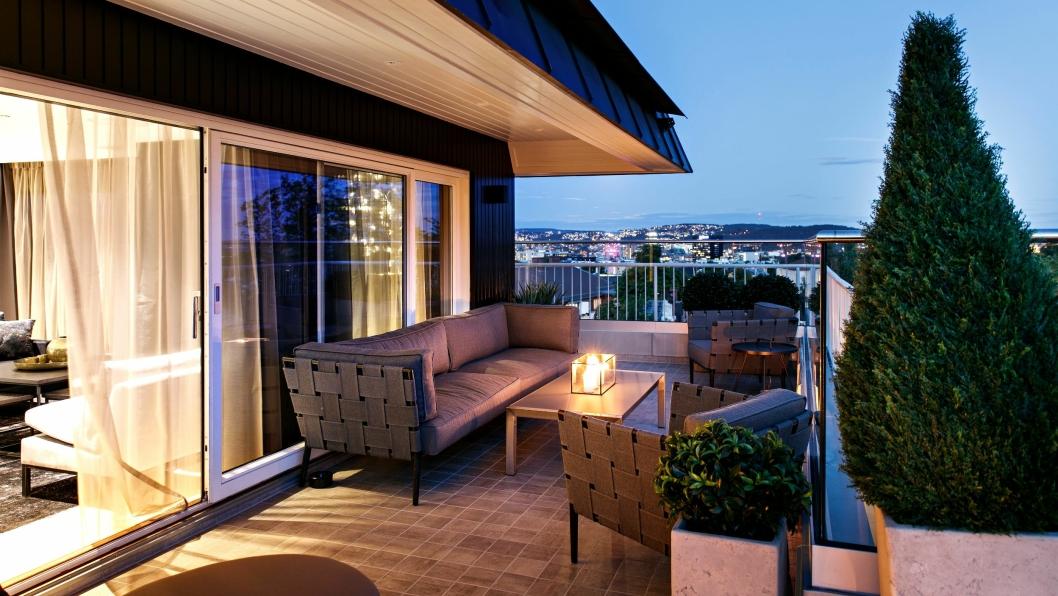 70 KVADRAT: Ute på den romslige terrassen har man en fantastisk utsikt over byen og fjorden.