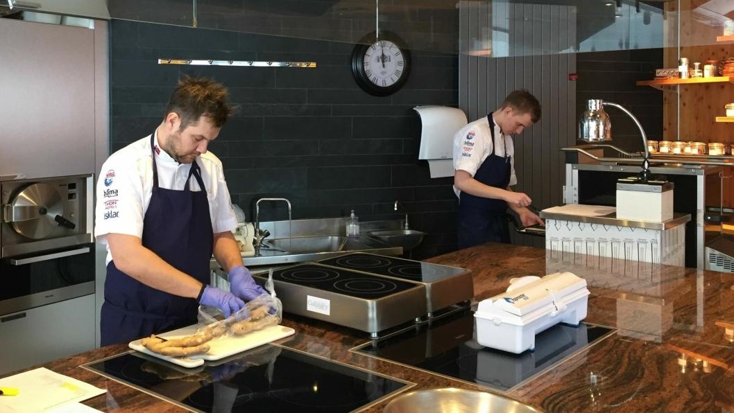 PÅ PLASS I FRANKRIKE: Kandidat Christopher W. Davidsen og commis Håvard Werkland på kjøkkenet i Lyon.