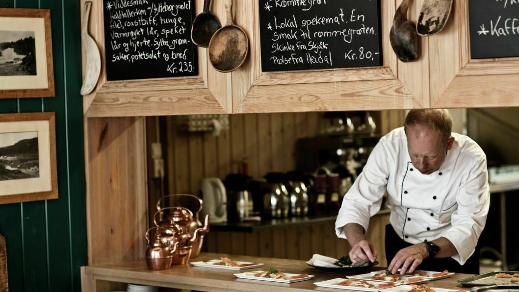 EKTE NORSK: Servering på Hindsæter Hotell, Sjodalen. Foto: Tina Stafrèn/Visitnorway.com