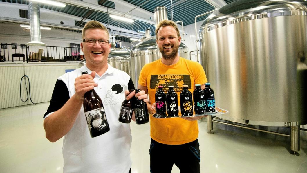 75 EIERE: Frode Horvik (til venstre) og Rune Midttun i Voss Fellesbryggeri kan lage opptil 7000 liter øl om dagen.