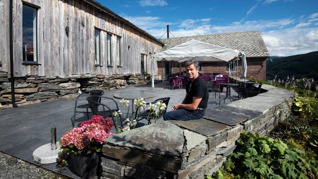 GÅRD: Svein Ringheim driver hotellet sammen med kona Jorunn. Ute foran bankettsalen og restauranten er det en stor uteplass.
