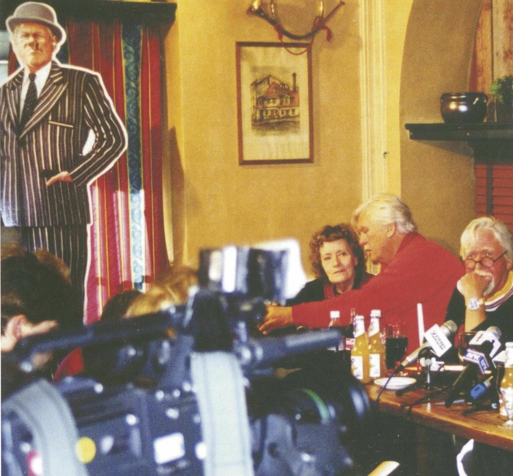 TRIO: Dei siste Olsenbandenfilmane vart presentert på Egon, og premierefestane vart haldne på ein Egon-restaurant. Vi ser Valborg (Aud Schønemann), Benny (Sverre Holm) og Dynamitt-Harry (Harald Heide Steen jr.) (Foto: Privat).