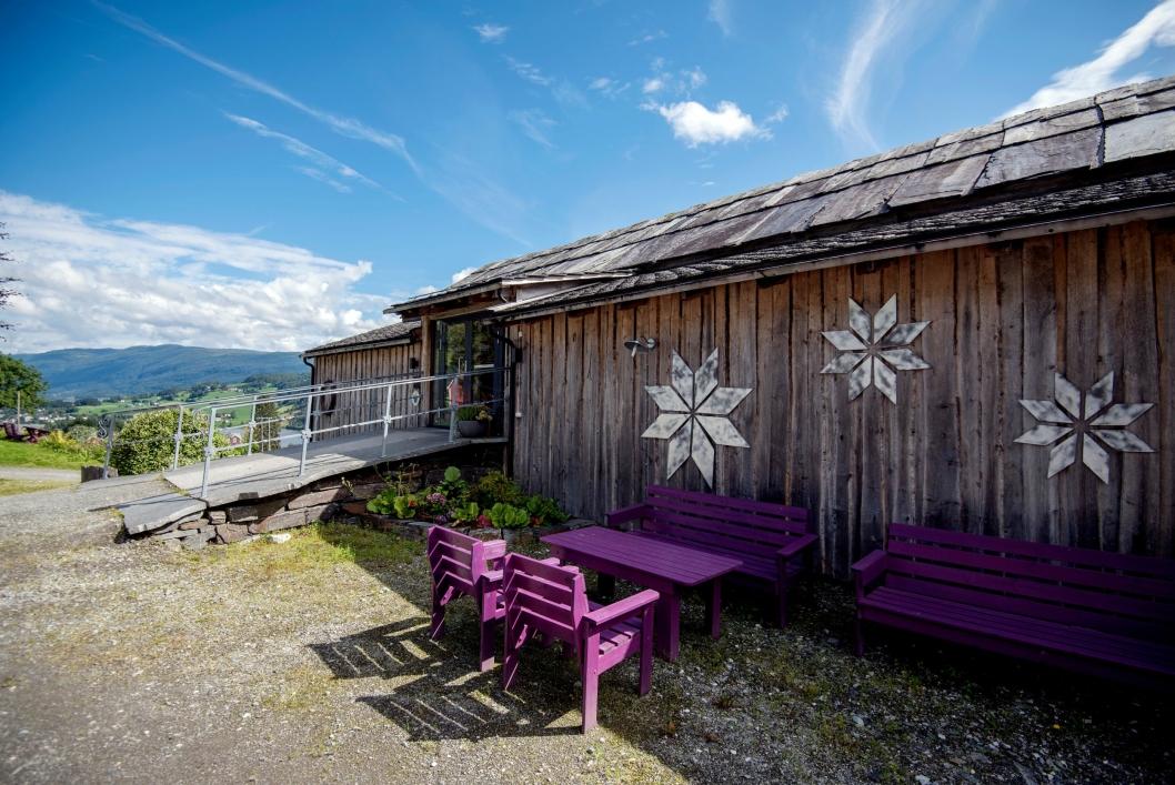 GAMLEFJØSET: Det gamle fjøset på gården er restaurant. Døren til venstre er original fra tiden da kuene bodde der.