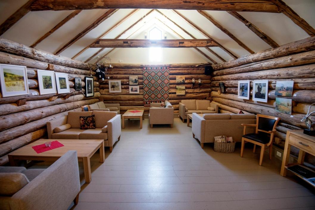 OPPRINNELIG: Tømmerveggene i fellesområdene er de opprinnelige fra den gangen låven ble bygget.