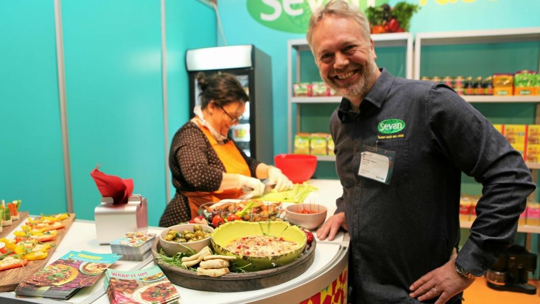 FINGER'N PÅ FATET: Ole-Petter Hagfors i Sevan satser knallhardt på fingermat fra Midtøsten, som for eksempel hummus og falafel.