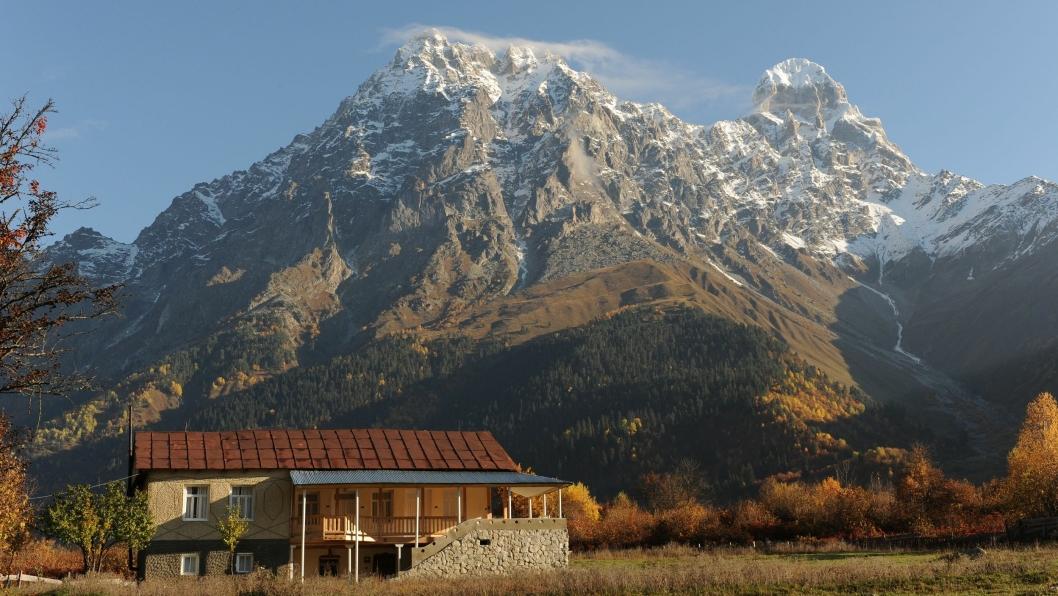 MAJESTETISK: Grand Hotel Ushba og Mt. Ushba (4710 m) i bakgrunnen.