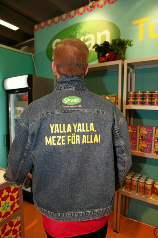 SKYNDA PÅ, BOSSE: Sevan stilte på SMAK med smaksprøve-utdelere fra Sverige - alle iført jakke med denne påskriften på ryggen.