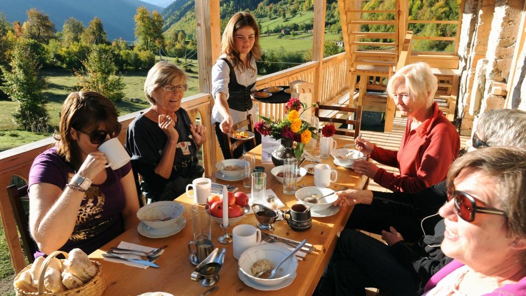 IDYLL: Frokosten nytes best på balkongen på Grand Hotel Ushba.
