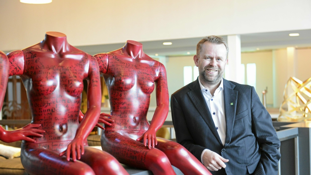 TYPISK STORDALEN: Kunsten i den nyoppussede loungen er typisk Stordalen, mener Sjur Aalvik, hotelldirektør på Quality Hotel Mastemyr.