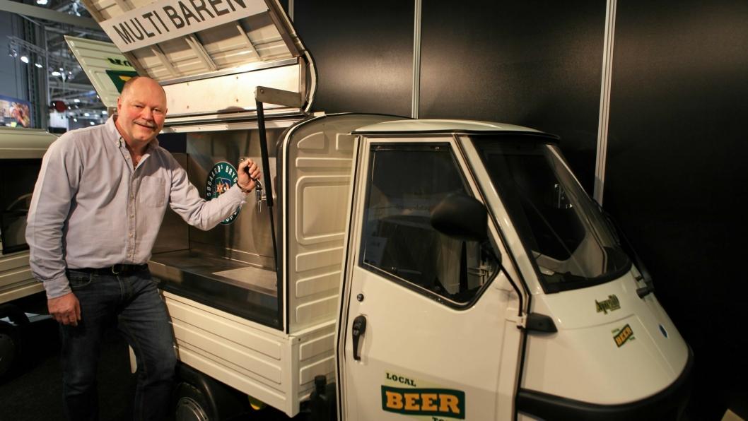 VROOM, VROOM, EN ØL, TAKK: Tore Knudsen i MC Tema viser frem øl-mopeden fra Italia.