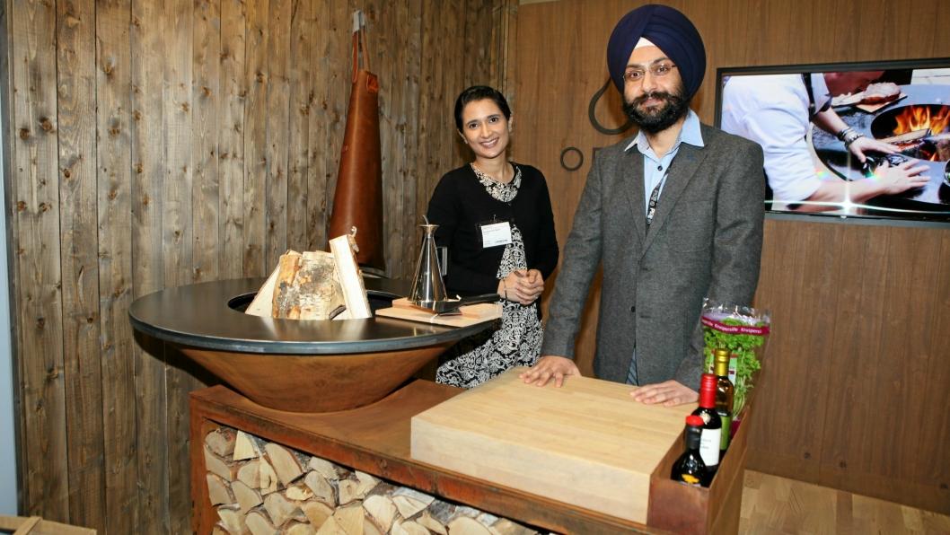 NY I NORGE: Pølser, flintsteik eller piggvar - alt kan tilberedes på Ofyr-grillen. Importør til Norge er Creative Concepts, her ved Amarjot Kaur og Amarinder Paul Singh.