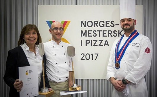 VINNERE: De to Norgesmestrene Bodil Hasselknippe og Elio Corsi sammen med oldermann i Oslo-lauget, Asle Faannessen. Foto: Ihne Pedersen.