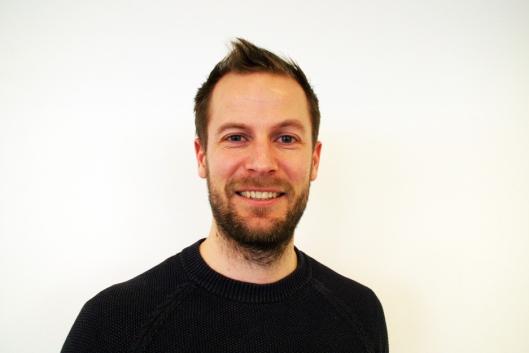 AVLIVER MYTER: Senior merkevaresjef for Norvegia, Karl Georg Raastad leser tallene i undersøkelsen med interesse.