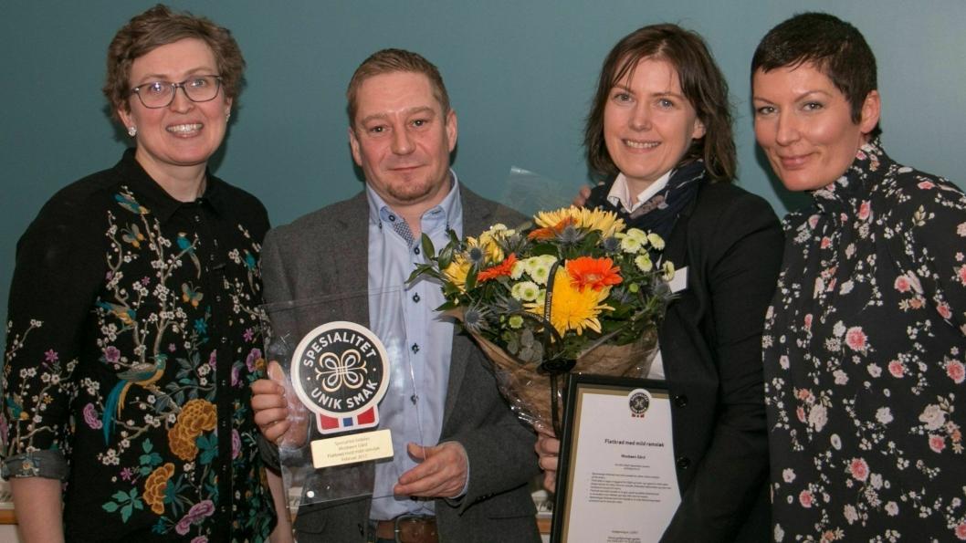 HEDER: Fra venstre: prisutdeler Kristin Waagen fra Tingvollost, Mosbøen Gard v/ Åse Torvik og Anders Øverås og prosjektleder Marit Strand fra Matmerk.