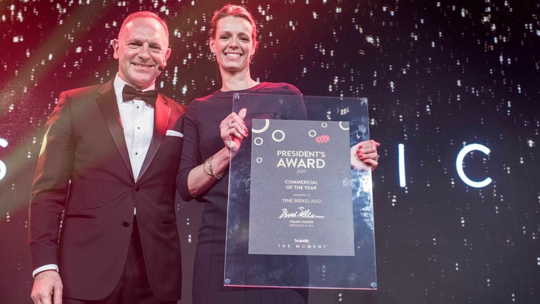 VINNER: Tine Birkeland fikk prisen, Commercial of the year, av konserndirektør Frank Fiskers.
