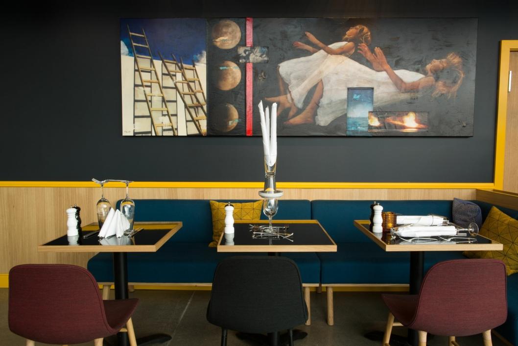I FRONTH: I restauranten er det Per Fronth som pryder veggene.
