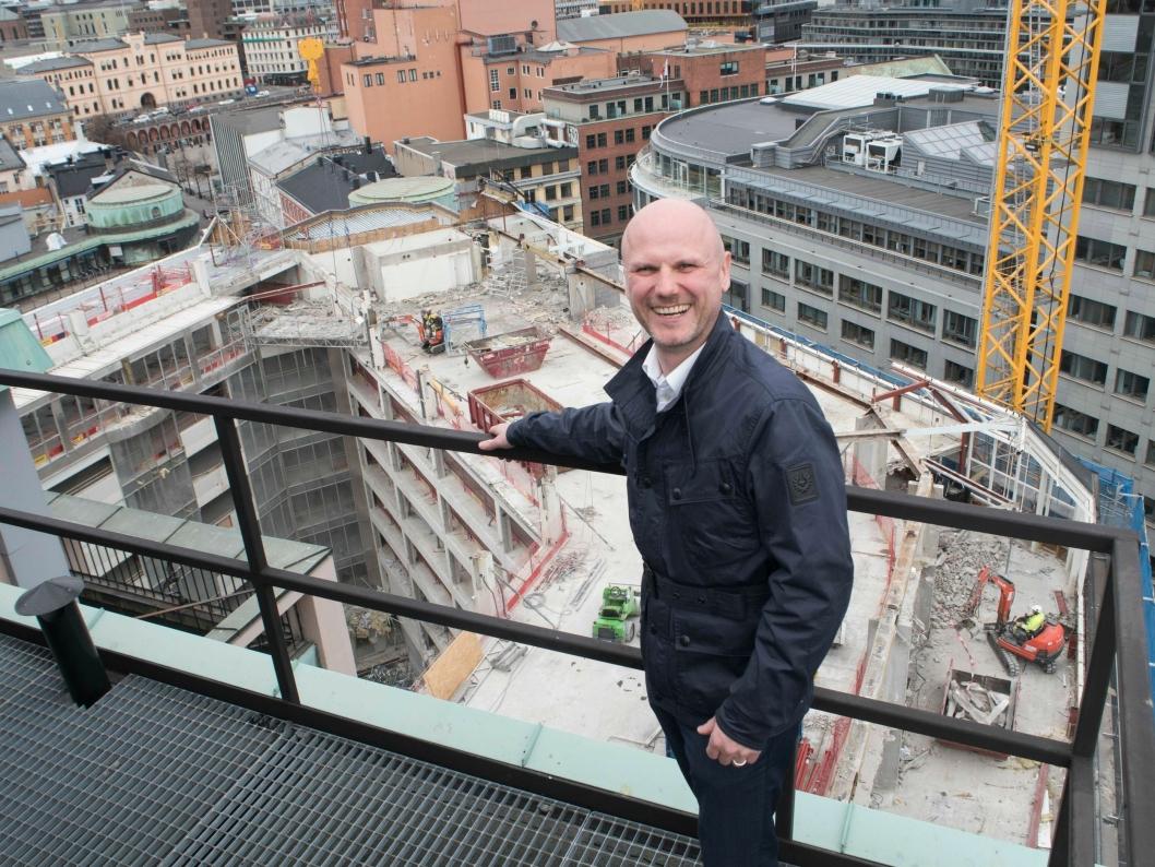 SJEFEN: Det gjenstår mye jobb før hotellet åpner, men hotelldirektør André Schreiner gliser allerede stolt.