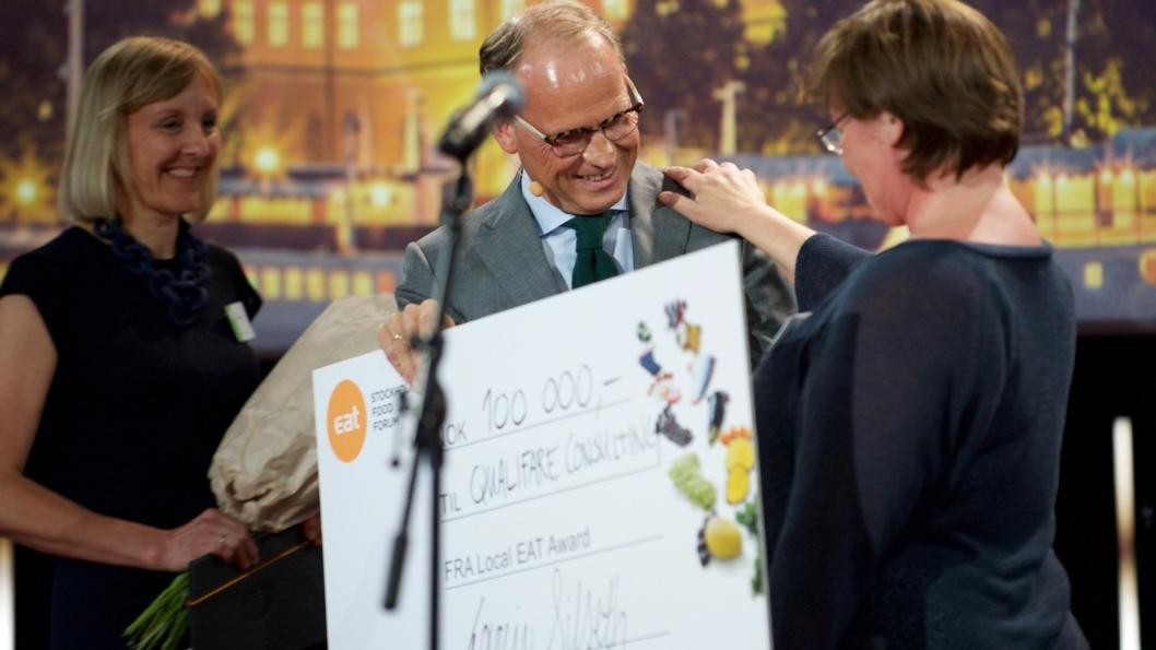 VINNER: Qualifare Consulting vant Local EAT Award 2016. Her med Torgeir Silseth, adm dir i Nordic Choice Hotels. Bak: Cathrine Dehli, Director of Sustainability i Nordic Choice Hotels. Foto: Johan Lygrell.