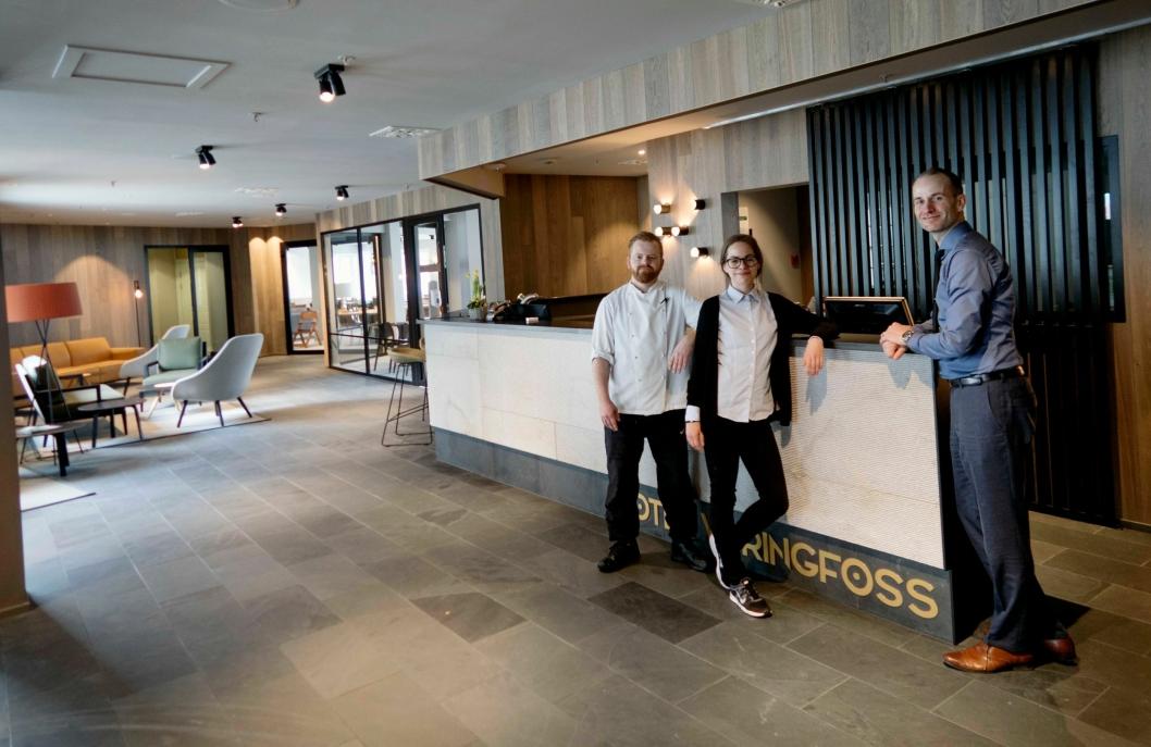 ETTERLENGTET: Hotelldirektør Tor André Villmones, resepsjonist Katarina Chlupikoba og kokk Christer Søviknes er stolte over det nye resepsjons- og restaurantområdene ved Quality Hotel Vøringfoss.