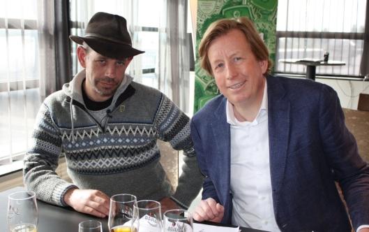 ENIGE: Lothepus og Lars A. Midgaard, administrerende direktør i Hansa Borg Bryggerier, signerte tirsdag en samarbeidsavtale om å utvikle et øl sammen.