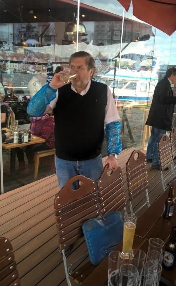 SKÅL: Daglig leder for Fisketorget Beste og torghandler Ragnar Fjellskål var veldig fornøyd med produkter.