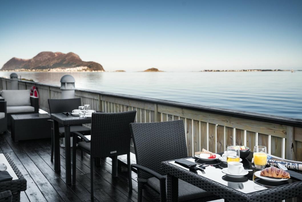 FROKOST HER? Radisson Blu Hotel Ålesund ligger helt i vannkanten og tilbyr gjestene en deilig utsikt fra frokostbordet.