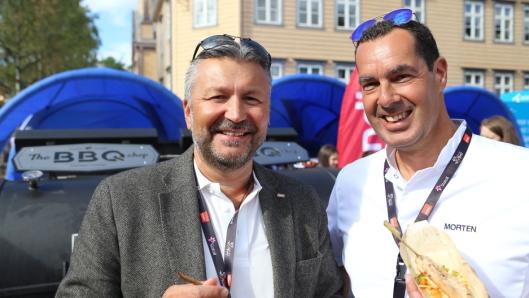 GRILLSJEFER: Adm. dir. i Scandic Hotels Norge, Svein Arild Steen-Mevold (t.v.) og direktør for mat og drikke, Morten Malting bidro til grillfesten.