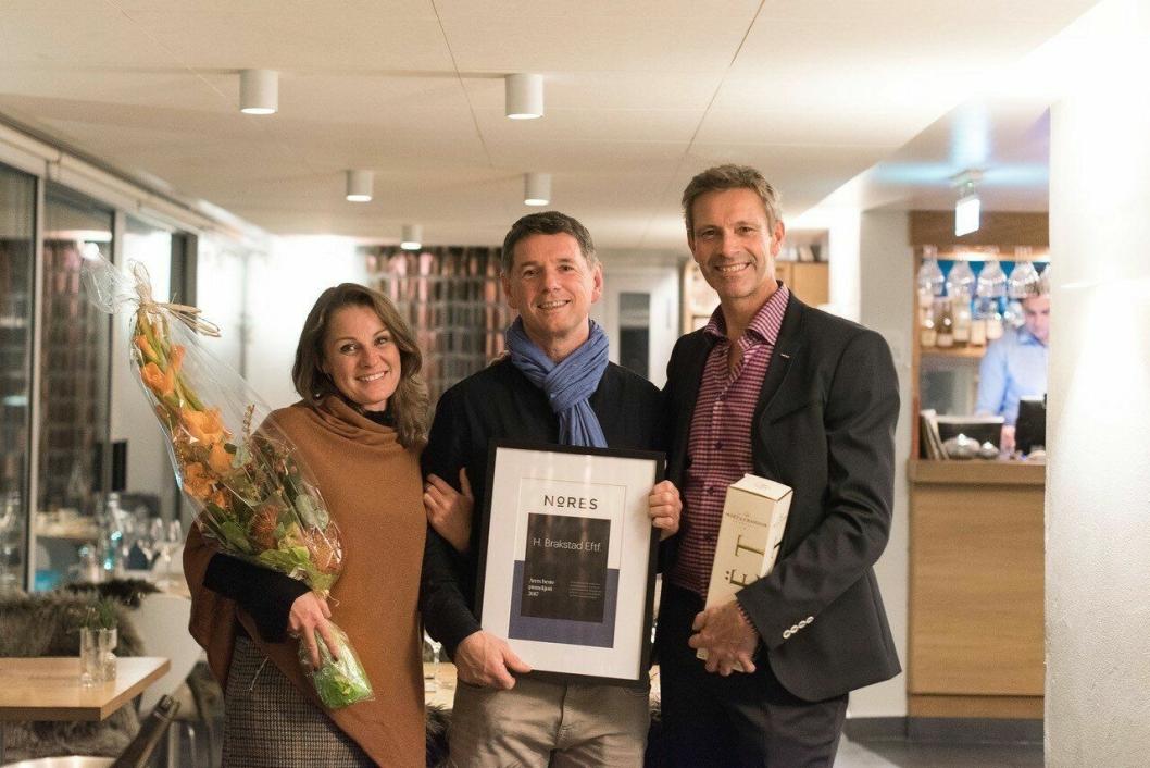 BEST: Raymond Mikkelsen fra De Bergenske (i midten) tok imot prisen på vegne av H. Brakstad. Her sammen med medlemsrådgiver i Nores, Cecilie F. Framholt, og innkjøpssjef i Nores, Petter Ravik.