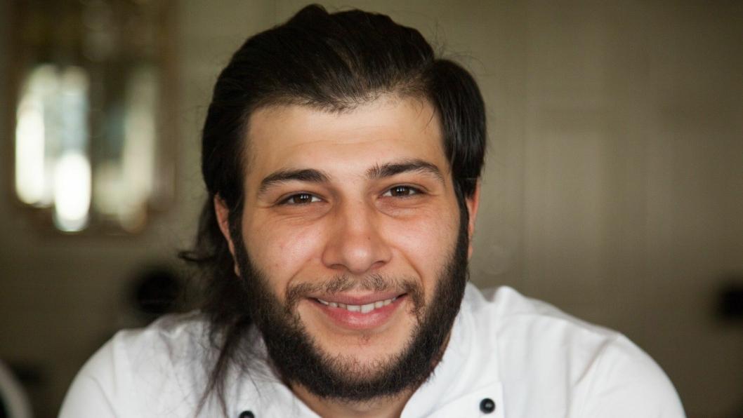 SMILER ALLTID: Hamza Omar Abdul er en smilende servitør på Clarion Hotel Ernst.