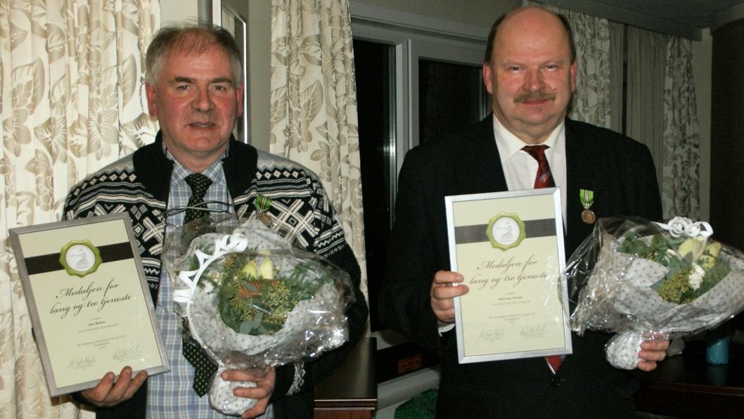 STABILITET: Geir Midtun (t.v.) og Kjell Inge Gussiås fikk fortjent heder for lang og tro tjeneste på hotellet.