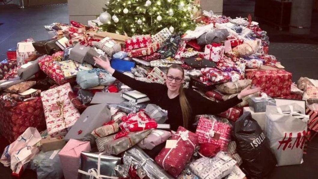 """REKORD: En enorm giverglede har sørget for innsamlingsrekord i """"Ensomt juletre søker gaver""""-kampanjen. Her fra Clarion Hotel The Edge i Tromsø med Kate Eines, leder for """"Hjelp oss å hjelpe - Tromsø""""."""