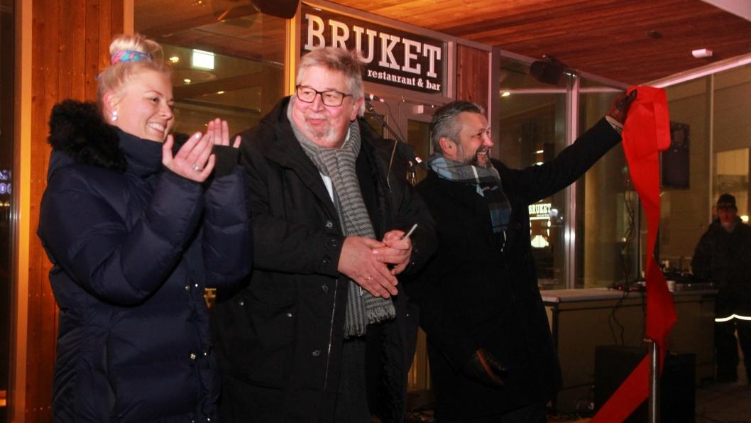 KLIPPET OG KLART: Snorklipp av Skedsmo-ordfører Ole Jacob Flaten, flankert av hotelldirektør Jannicke Holmgreen Lorentzen og Svein Arild Steen-Mevold. Foto: Marianne Wennesland, Scandic Hotels.