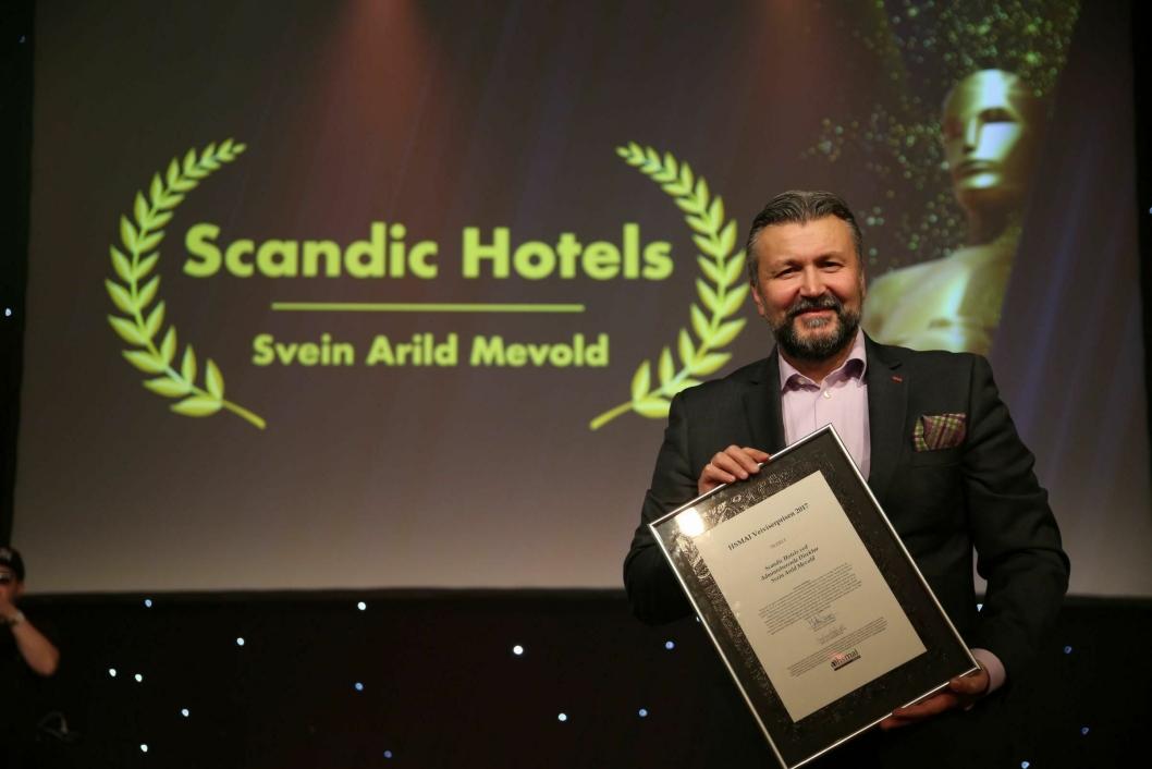 VEIVISEREN: Scandics administrerende direktør Svein Arild Steen-Mevold fikk prisen Årets Veiviser. Foto: Camilla Bergan.