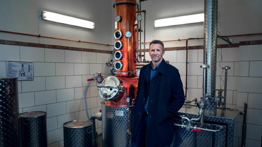 KIMERUD: Ståle Johnsen har investert i et stort destillasjonsapparat i kobber.