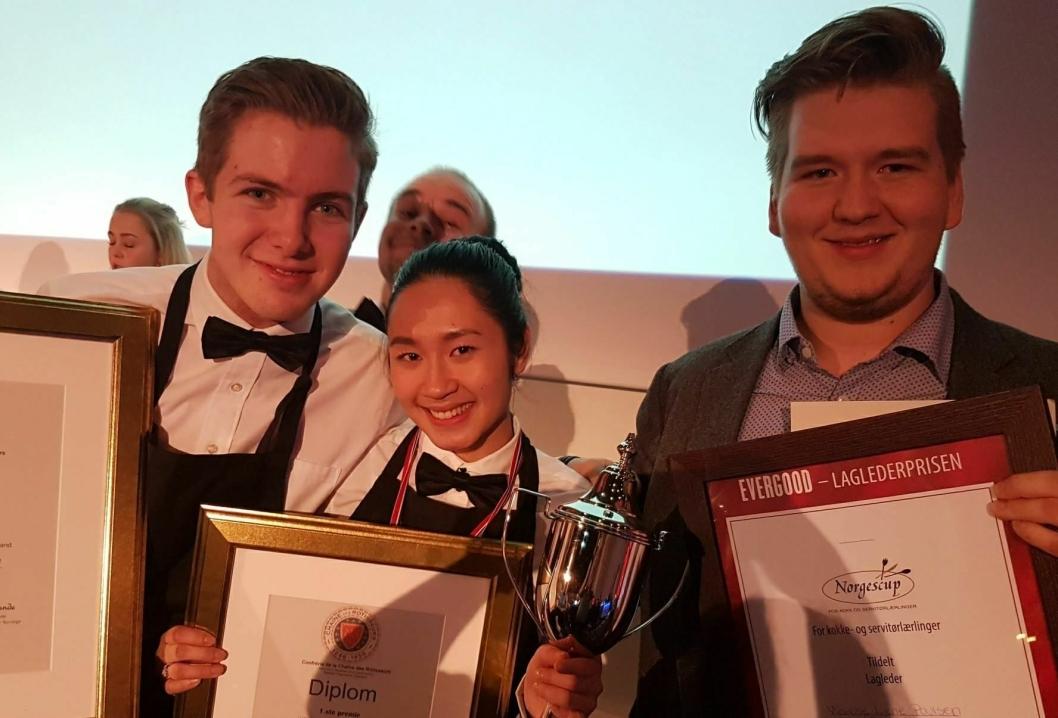 BESTE SERVITØRER: Lærlingekompaniet Oslo med Jenny Nguyen og Ole August Rosengren + lagleder Kim Høiem Rønning vant gull i servitørkonkurransen.