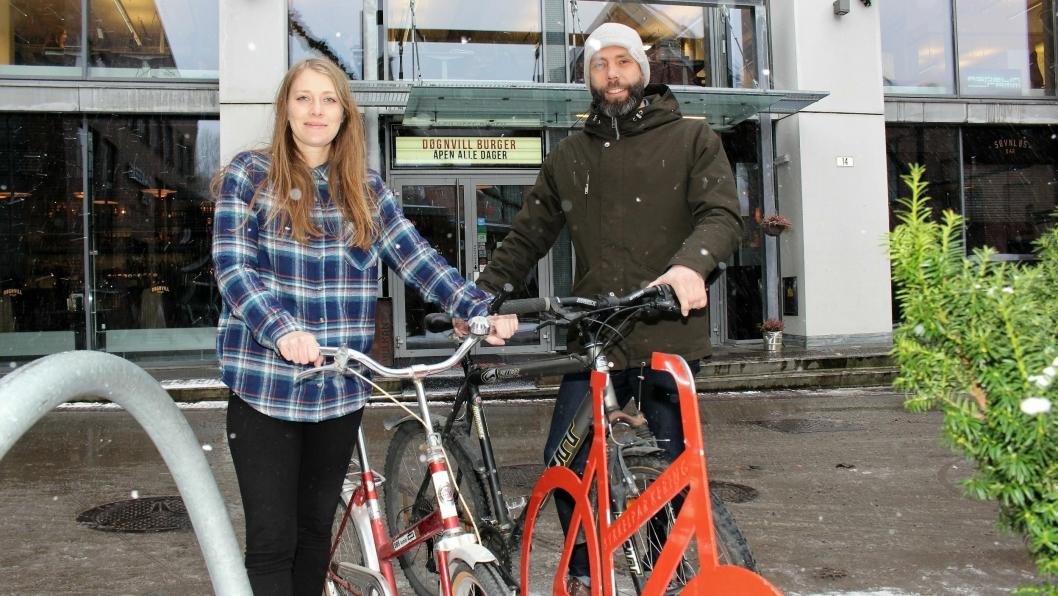TOK GREP: Tarje Haakstad, med en far som er sykkelreparatør, har sammen med daglig leder og sykkelansvarlig Mari Klundby gått i bresjen for å få Vulkan Burger & Bar sertifisert som Sykkelvennlig arbeidsplass. Alle foto: Roar Løkken.