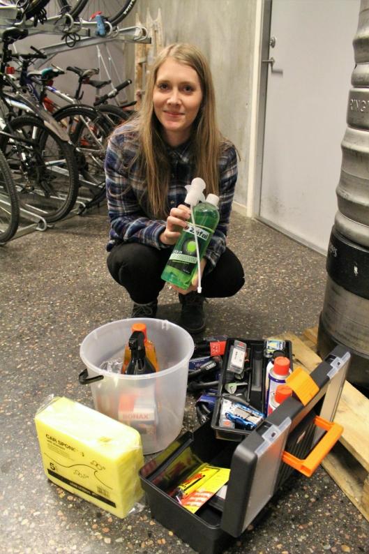 UTSTYRT: Mari Klundby har sørget for at utstyr som pumpe, vaskemidler og mekkeutstyr står tilgjengelig.