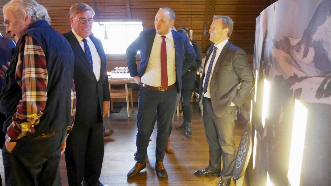 GJESTER: Blant gjestene på lanseringen var Arcus-eier Stein-Erik Hagen og landbruks- og matminister Jon Georg Dale. Her i munter passiar med Arcus-sjef Kenneth Hamnes.