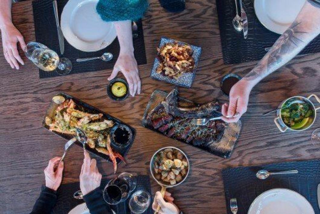 UTEN MAT OG DRIKKE...: Med naturlige råvarer og et rikholdig vinkart, løfter nyoppussede Funktionærmessen Restaurant standarden på spisestedene på Svalbard til et nytt nivå. Foto: Hurtigruten Svalbard/Agurxtane Concellon