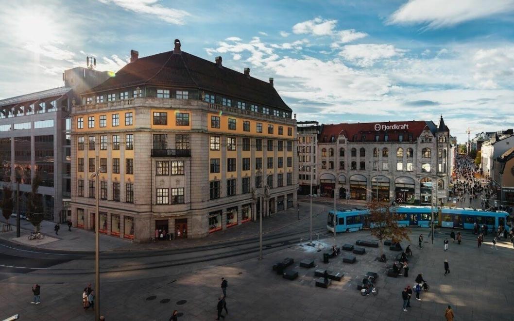 SENTRALT: Hotellet Amerikalinjen ligger ekstremt sentralt til på Jernbanetorget i Oslo.