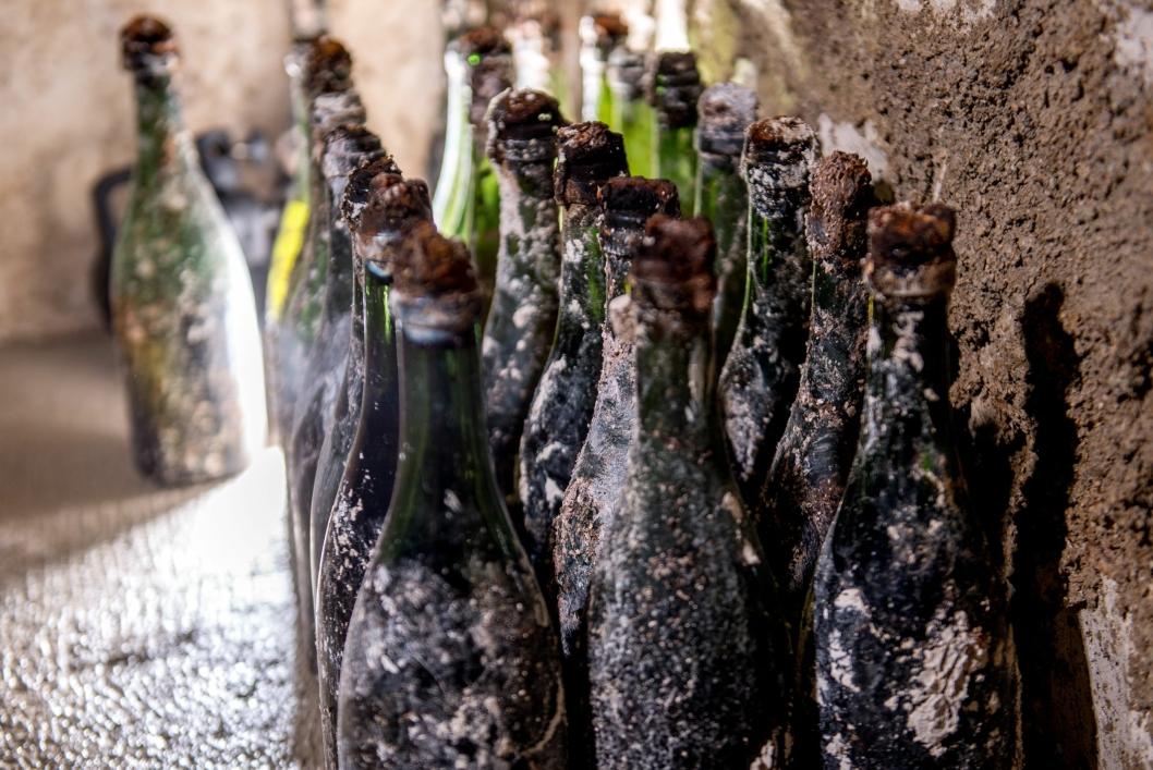 FUNNET: Totalt 19 flasker er funnet i hulrommene.