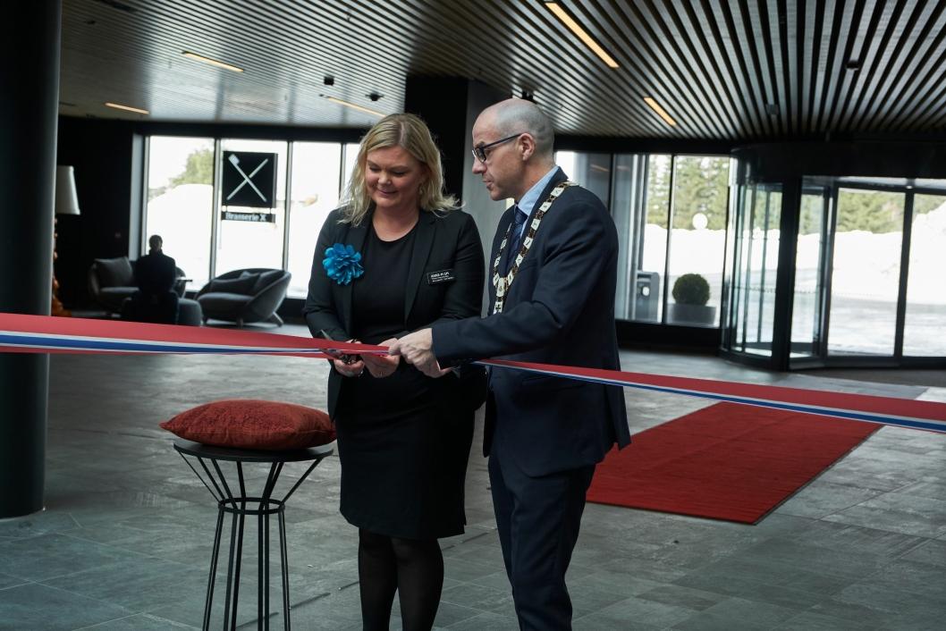 KLART: Hotelldirektør Anne-Margrethe Tveit og Tom Staahle, ordfører i Ullensaker kommune klipper snoren.