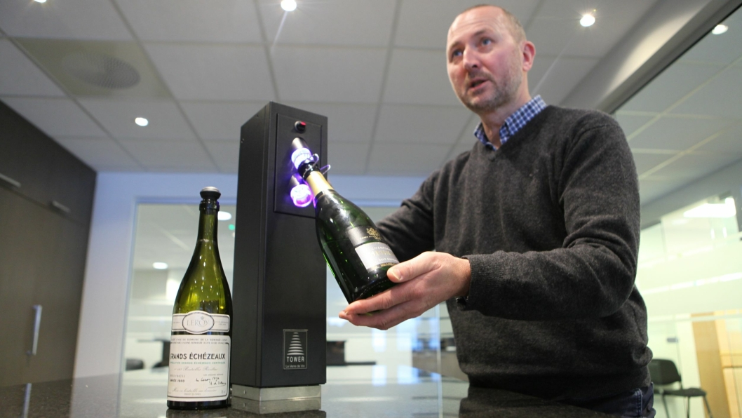 POPULÆRT: Øyvind Tveit i Vinconsult demonstrerer vinpreserveringssystem «LeVerredeVin». På 5 sekunder er flasken preservert, og vinen holder seg frisk i 3 uker.