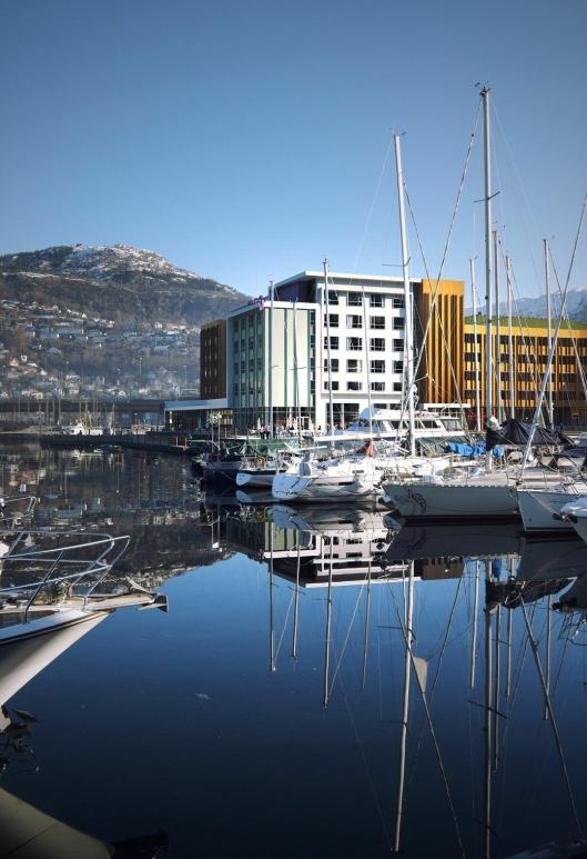 FLOTT: Det er ingenting å si på beliggenheten til det nye Moxy-hotellet i Bergen.