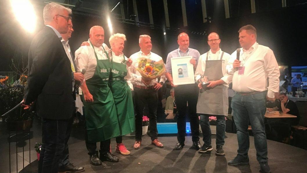 BEST PÅ MAT: Årets matleverandør 2017 er Bama. F.v.: Morten Karlsen (direktør for verving og innkjøp i NHO Reiseliv), Øyvind Frich (leder av innkjøpsutvalget i NHO Reiseliv Innkjøpskjeden), André Misund (fagsjef sjømat i Bama Storkjøkken), Thone-Gunn Berntsen (salgskonsulent i Bama Storkjøkken), Jon Eskedal (salgs- og markedsdirektør i Bama Storkjøkken), Bent Andersen (administrerende direktør i Bama Storkjøkken), Amund Holm (regional salgssjef) og Jan Anders Brun (Key Account Manager).