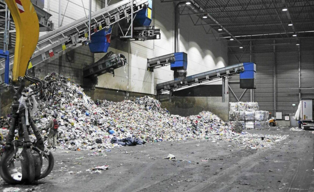SKAL HIT: Målet er null plastutslipp i naturen og at det heller havner her, på et gjenvinningsanlegg.